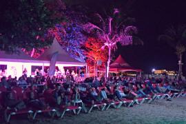 crowd_watching_chasi_270_180